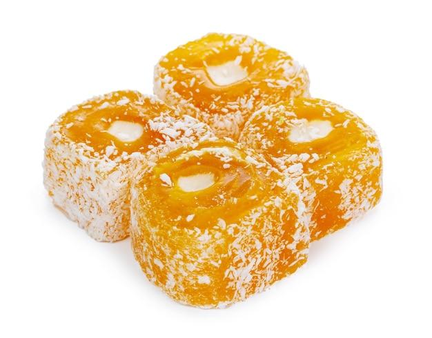 Gelbe türkische freude süßigkeiten lokalisiert auf weißem hintergrund
