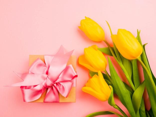 Gelbe tulpen auf rosa. zarte blütenblätter von einer tulpe