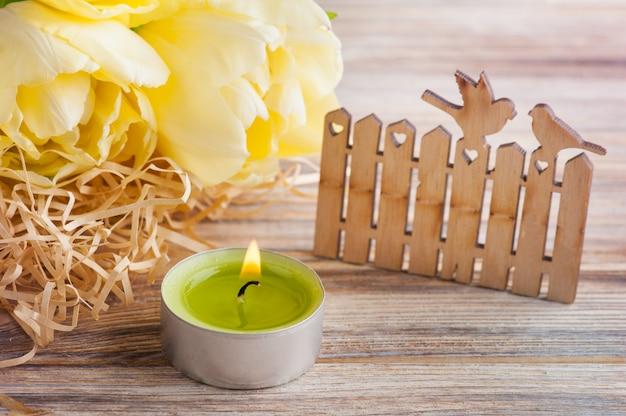 Gelbe tulpen, brennende kerze