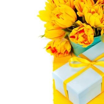 Gelbe tulpen und geschenkbox