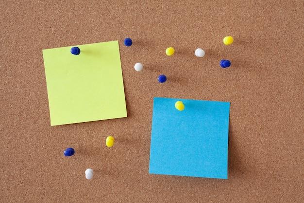 Gelbe und blaue blätter auf einer pinnwand