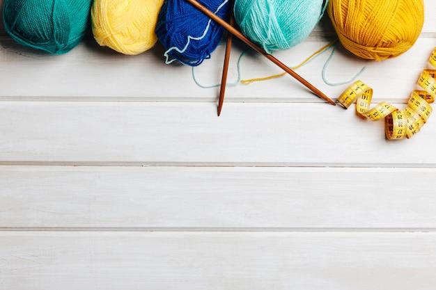 Gelbe und blaue wolle mit platz auf dem boden
