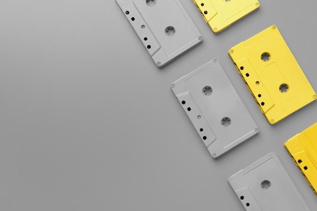 Gelbe und graue audiokassetten auf grau