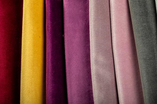 Gelbe und lila farbe, die ledergewebe im ausstellungsraum schneidet