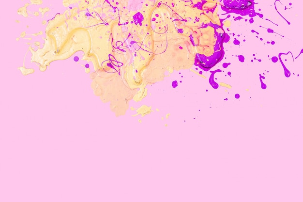 Gelbe und rosa flecken auf rosa hintergrund. textur der farbe