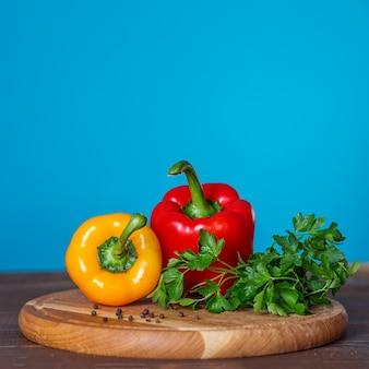 Gelbe und rote paprika und petersilie