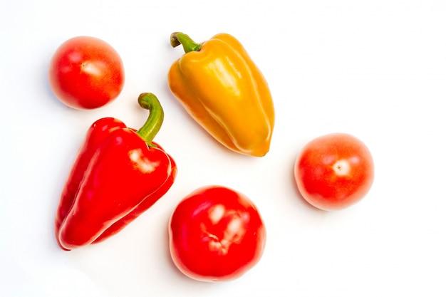 Gelbe und rote paprika und tomaten auf weiß