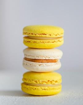 Gelbe und weiße makronen. ein leichtes und leckeres dessert aus mandelmehl. zarte süße