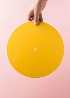 Gelbe vinylanordnung auf rosa wand