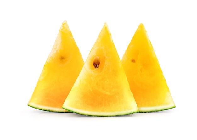 Gelbe wassermelone auf weiß mit ausschnitt. gesundes essen.