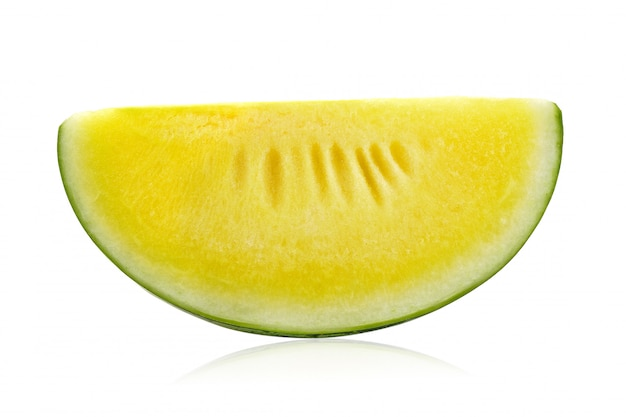 Gelbe wassermelone auf weißer wand