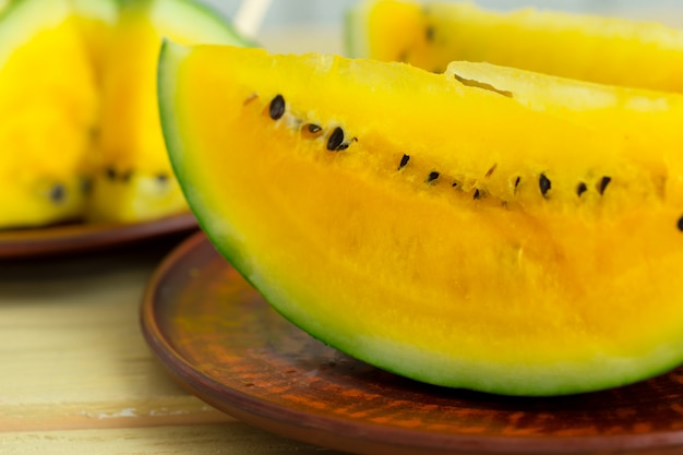 Gelbe wassermelone in scheiben schneiden