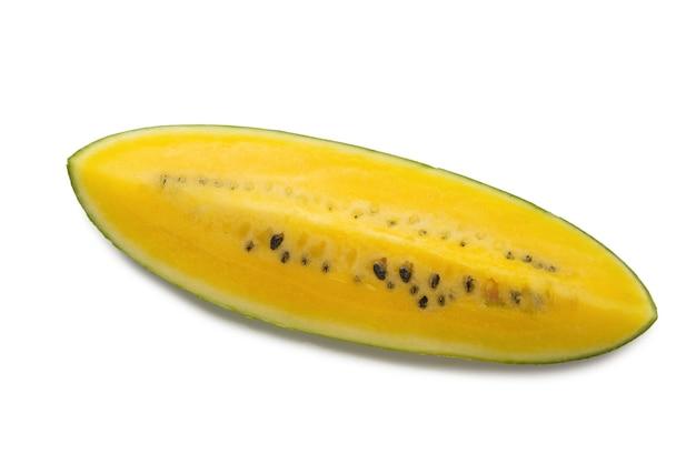 Gelbe wassermelone lokalisiert auf weißem hintergrund.