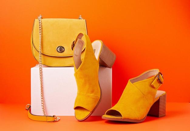 Gelbe weibliche modeaccessoires, schuhe und handtasche