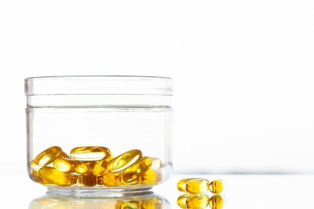 Gelbe weichgelkapseln mit omega-3-fischöl.