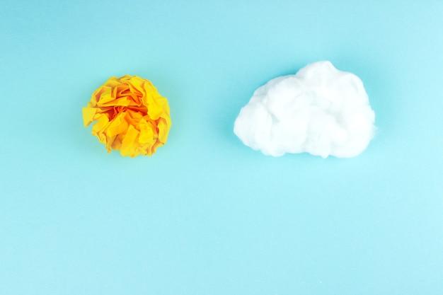 Gelbe zerknitterte papierkugel. geschäftskreativität, ideenkonzept. konzept der strahlenden sonne.