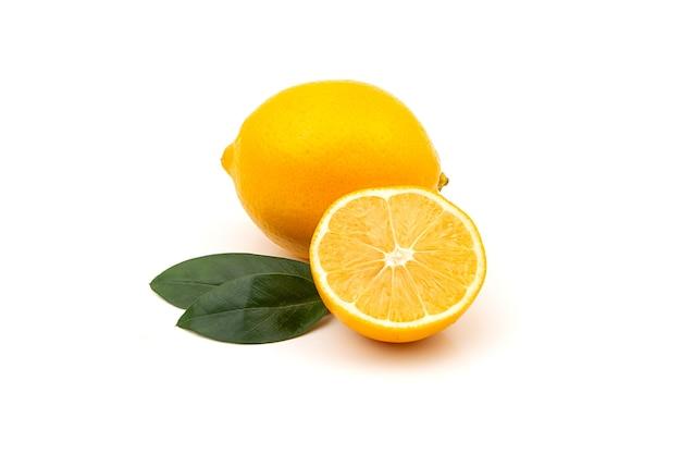 Gelbe zitrone auf weißem hintergrund. natürliches vitamin, anti-influenza und antiviraler inhaltsstoff.