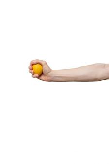 Gelbe zitrone in der hand lokalisiert auf weißem hintergrund