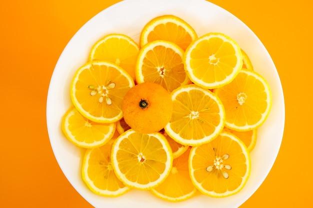 Gelbe zitronen auf einem teller an einem sonnigen tag