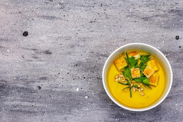 Gelbe zucchini-cremesuppe.