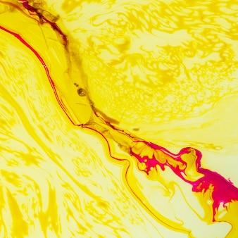 Gelber abstrakter hintergrund mit schrägen schmierezeilen