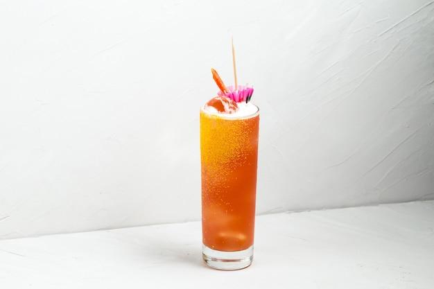 Gelber alkoholcocktail der frischen frucht in einem highball