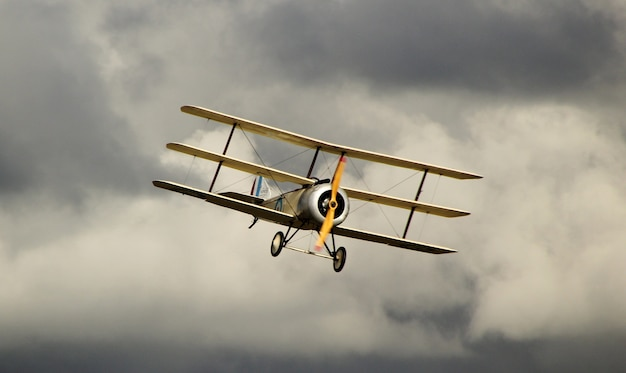 Gelber antonov an-2 im dunklen bewölkten himmel