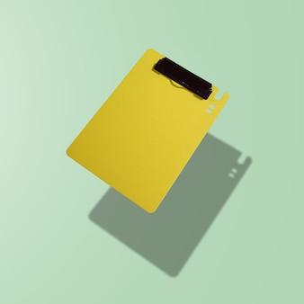 Gelber arbeitsrahmen, der auf grünem hintergrund schwimmt
