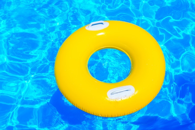 Gelber aufblasbarer kinderkreis im pool