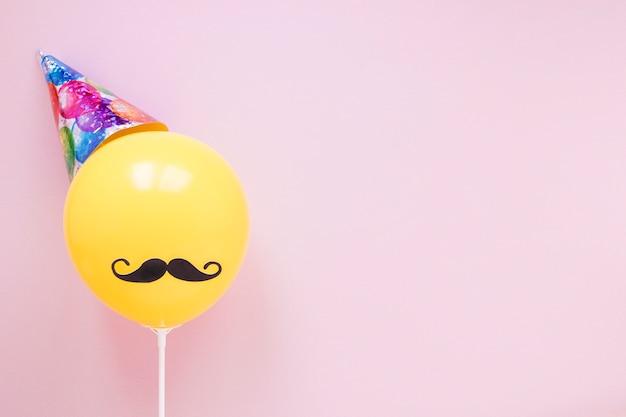 Gelber ballon mit dem schwarzen schnurrbart