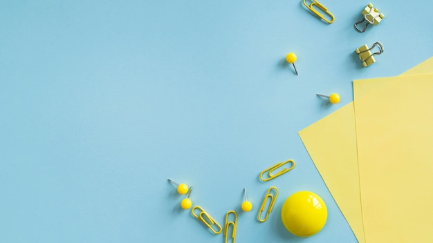 Gelber bürozubehör auf schreibtisch