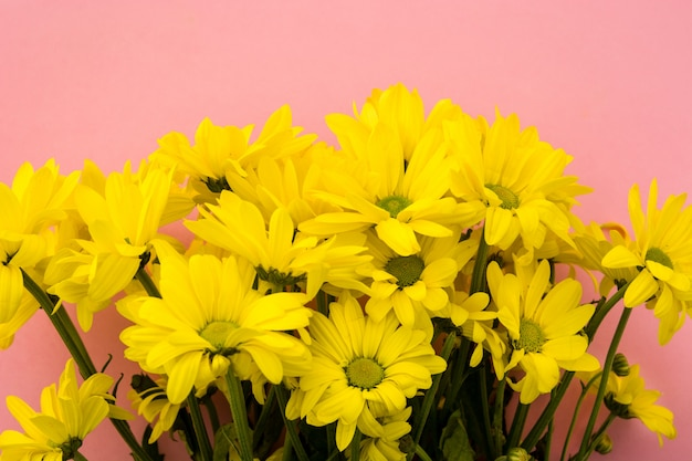 Gelber chrysanthemenstrauß