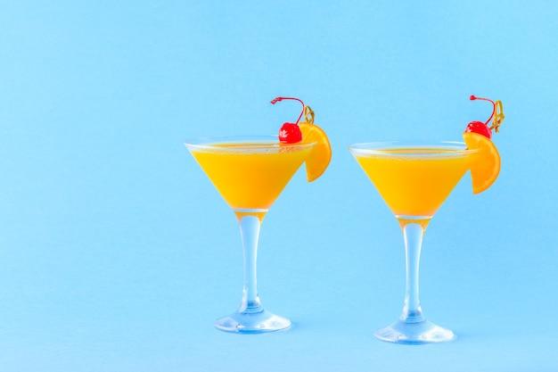 Gelber cocktail auf hellem hintergrund, selektiver fokus.