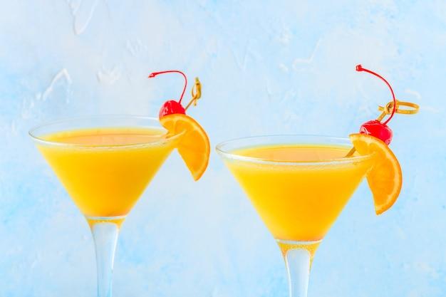 Gelber cocktail auf hellem hintergrund