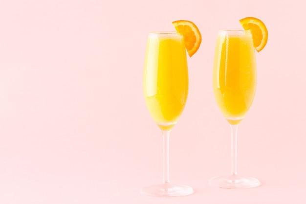 Gelber cocktail auf rosa, selektivem fokus.