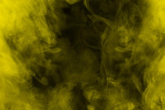 Gelber dampf auf schwarzem hintergrund. platz kopieren.