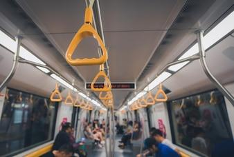 Gelber Handlauf für stehenden Passagier herein in einem U-Bahnauto. Vintage-Ton