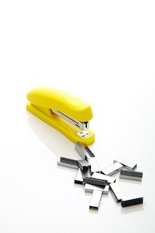 Gelber hefter auf dem weißen hintergrund für textkopienraum - büro stationär