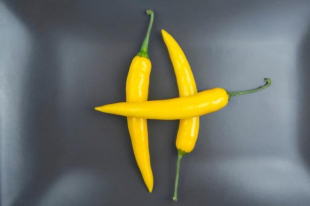 Gelber heißer chili auf einem grau. pfeffer. pflanzliche vitaminnahrung.