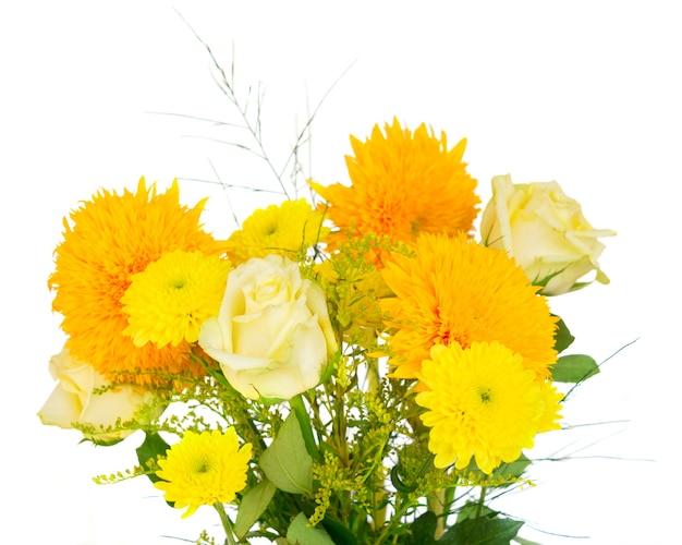 Gelber herbstblumenstrauß lokalisiert auf weißem hintergrund