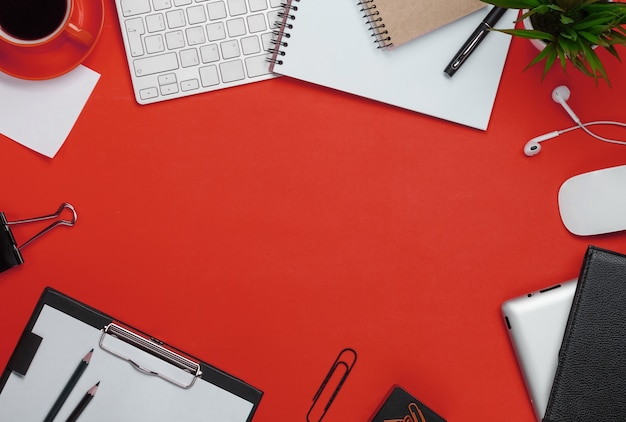 Gelber hintergrund durcheinander auf desktop-tastatur maus tasse kaffee business computer blume blaknot stift