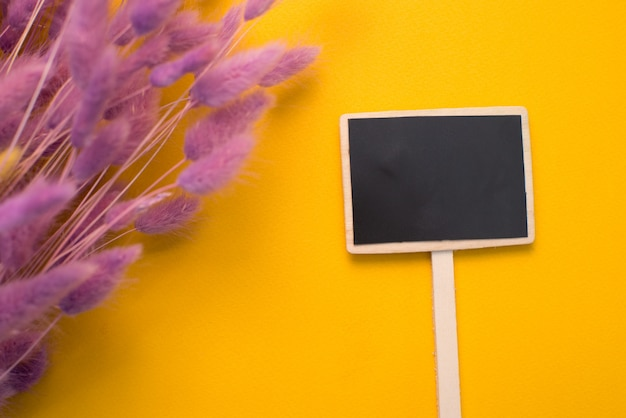 Gelber hintergrundplatz für aufschrift