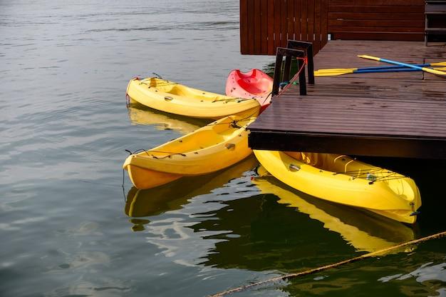 Gelber kajak mit den paddeln, die auf see schwimmen