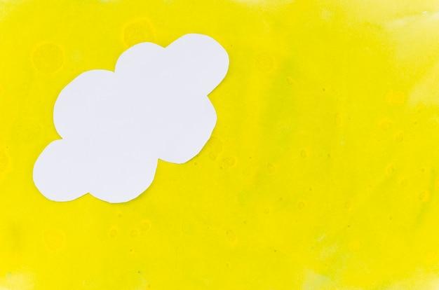Gelber lackhintergrund mit papierwolke