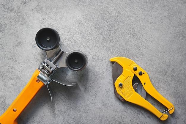 Gelber lötkolben für pvc-rohre und rohrschneidescheren sanitärwerkzeuge für die wasserversorgung