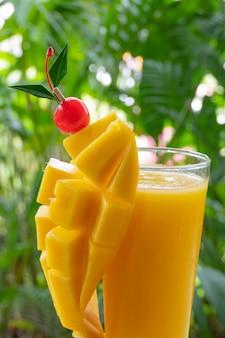 Gelber mango smoothie.