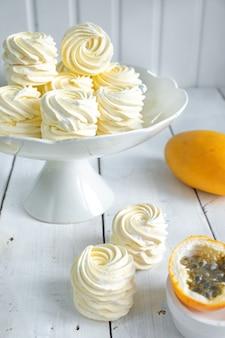 Gelber marshmallow auf einem weißen ständer
