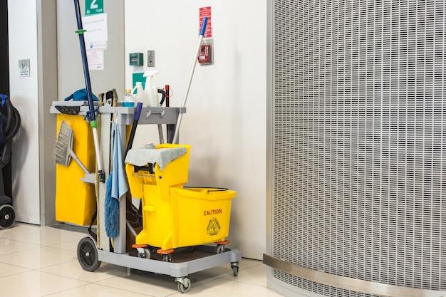 Gelber moppeimer und satz reinigungsanlage im flughafen