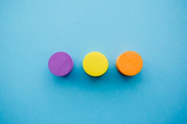 Gelber, orange und violetter kreis in der mitte auf blauem hintergrund
