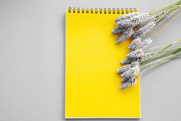 Gelber papierblock und blume